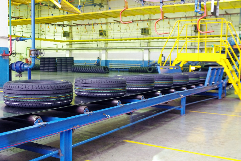 Конвейерная лента с шинами размера 215/55 R17 94V V-130 на участке инспекции качества на линии